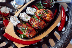 Coscie di pollo crude con salsa al pomodoro Immagini Stock Libere da Diritti