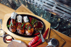 Coscie di pollo crude con salsa al pomodoro Fotografia Stock