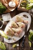 Coscie di pollo crude sulla fine di legno del fondo su fotografia stock