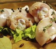 Coscie di pollo crude un conteggio su placchetta di legno e rustico di nutrizione della preparazione della spezia della cucina de Fotografie Stock
