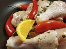 Coscie di pollo crude un conteggio su placchetta succoso di legno e organico di nutrizione della preparazione della spezia della  Immagine Stock Libera da Diritti