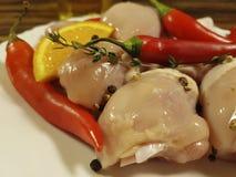 Coscie di pollo crude un di legno, conteggio su placchetta organico di nutrizione della preparazione della spezia della cucina de Immagine Stock Libera da Diritti