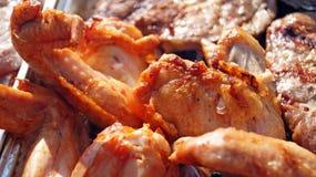 Coscie di pollo e palo sulla griglia del bbq Immagine Stock Libera da Diritti