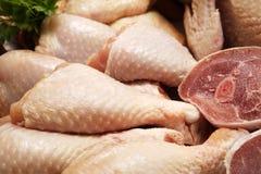 Coscie di pollo e prezzemolo crudi Immagine Stock