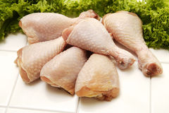 Coscie di pollo e prezzemolo crudi Immagini Stock Libere da Diritti