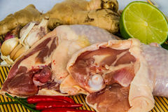 Coscie di pollo fresche sull'involucro di bambù Fotografia Stock