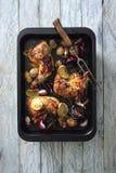 Coscie di pollo lustrate calde e piccanti al forno con le cipolle e l'aglio immagini stock