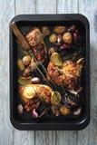 Coscie di pollo lustrate calde e piccanti al forno con le cipolle e l'aglio fotografie stock