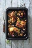 Coscie di pollo lustrate calde e piccanti al forno con le cipolle e l'aglio fotografia stock