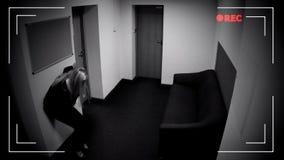 Coscienza di perdita in corridoio dell'ufficio, avvelenamento, effetto della donna della macchina fotografica del CCTV fotografia stock libera da diritti