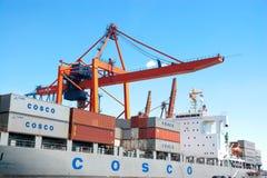 COSCOs lastfartyg royaltyfria foton