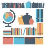 Cose agli scaffali per libri in uno stile piano Fotografia Stock