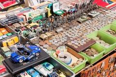 Cose d'annata da vendere su un mercato delle pulci Fotografia Stock Libera da Diritti