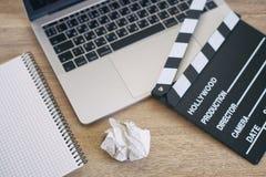 Cose dell'ufficio con la valvola, il computer portatile, la penna ed il blocco note di film sul Immagini Stock Libere da Diritti