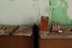 Cose e mestieri fatti dagli studenti sulla tavola di legno a scuola abbandonata e distrutta in Pripyt immagini stock libere da diritti