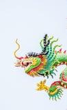 Cose encima de la estatua del dragón del estilo chino Foto de archivo libre de regalías