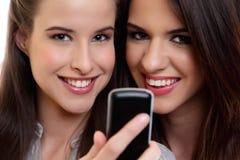 Cose su un ritratto di due donne sveglie felici immagine stock
