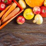 Cosecha de la acción de gracias de las verduras del otoño, alimento biológico sano crudo en fondo de madera Imagen de archivo