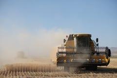 Cosecha de la cosechadora en el trigo Foto de archivo