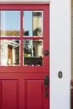 Cosecha de la puerta principal roja con la reflexión Fotografía de archivo