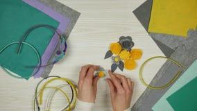 Cosecha de las flores del fieltro para una venda El proceso de hacer los accesorios para las muchachas almacen de metraje de vídeo