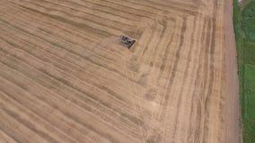 Cosecha de máquinas segadores de la cebada Campos del trigo y de la cebada, el trabajo de la maquinaria agrícola Máquinas segador metrajes