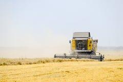 Cosecha de trigo con una máquina segadora Imagen de archivo
