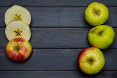 Cosecha del conjunto y del corte de las manzanas del otoño y zumo de manzana maduros rojos y verdes, desde arriba de una tabla de Imagen de archivo libre de regalías