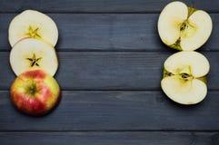 Cosecha del conjunto y del corte de las manzanas del otoño y zumo de manzana maduros rojos y verdes, desde arriba de una tabla de Imágenes de archivo libres de regalías