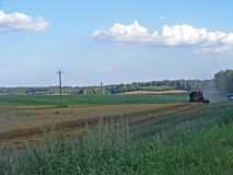 Cosecha del otoño del secadero en los campos de Bielorrusia Fotos de archivo libres de regalías
