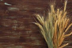 cosecha del trigo en la tabla de madera Símbolos del día de fiesta judío - Shavuot Imagen de archivo