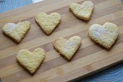 Cosecha hecha en casa de las galletas del día de tarjeta del día de San Valentín foto de archivo libre de regalías