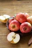 Cosecha roja madura del otoño de las manzanas Imagenes de archivo