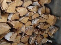 Cosechado en el invierno una madera de abedul y un hacha fotografía de archivo