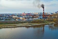 Cosechadora de la madera contrachapada en la orilla del río Tyumen Rusia Foto de archivo libre de regalías