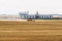 Cosechadora en campo de grano Foto de archivo