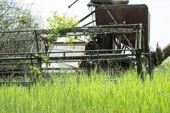 Cosechadora vieja en hierba foto de archivo