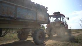 Cosechando en el viñedo, un tractor que transporta las uvas al punto para descargar almacen de metraje de vídeo