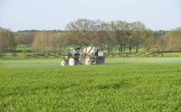 Cosechas de la fertilización del granjero Fotografía de archivo