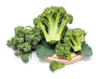 Cosechas maduras del bróculi en las hojas Imagen de archivo libre de regalías