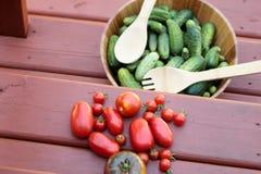 Cosechas rústicas de tomates y de pepinos Fotografía de archivo libre de regalías