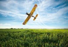 Cosechas rociadas avión en el campo Imagen de archivo
