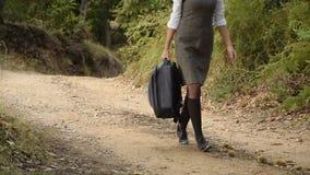 Coseche la opinión la mujer universitarian joven atractive con la mochila que camina en el bosque, parque metrajes