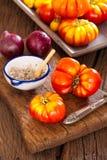 Coseche los tomates frescos de la carne de vaca de su propio jardín Imágenes de archivo libres de regalías