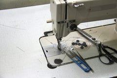 Cosiendo los accesorios en la máquina de coser, incluye el fórceps, las tijeras, las tijeras Clippers y los botones Imagenes de archivo