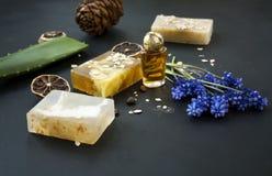 Cosmético orgánico Cosméticos y crema de la hierba de los componentes Jabón hecho a mano con la harina de avena, el aceite esenci Fotografía de archivo libre de regalías
