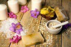 Cosmético orgánico Cosméticos y crema de la hierba de los componentes Jabón hecho a mano con la harina de avena, el aceite esenci Imagen de archivo libre de regalías