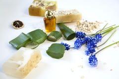 Cosmético orgánico Cosméticos y crema de la hierba de los componentes Jabón hecho a mano con la harina de avena, el aceite esenci Imágenes de archivo libres de regalías