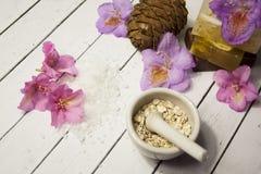 Cosmético orgánico Cosméticos y crema de la hierba de los componentes Jabón hecho a mano con la harina de avena, el aceite esenci Foto de archivo libre de regalías