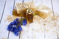 Cosmético orgánico Cosméticos y crema de la hierba de los componentes Jabón hecho a mano con la harina de avena, el aceite esenci Fotos de archivo